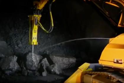Brokk 800 MB1200 Tunnelbau Brechen von großen Felsbrocken